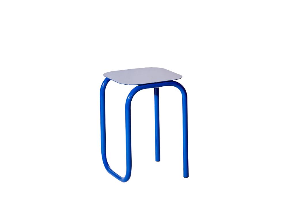 Chiếc ghế sắt 842 được thiết kế đơn giản, nhưng mang màu sắc âm hưởng của thế giới hiện đại