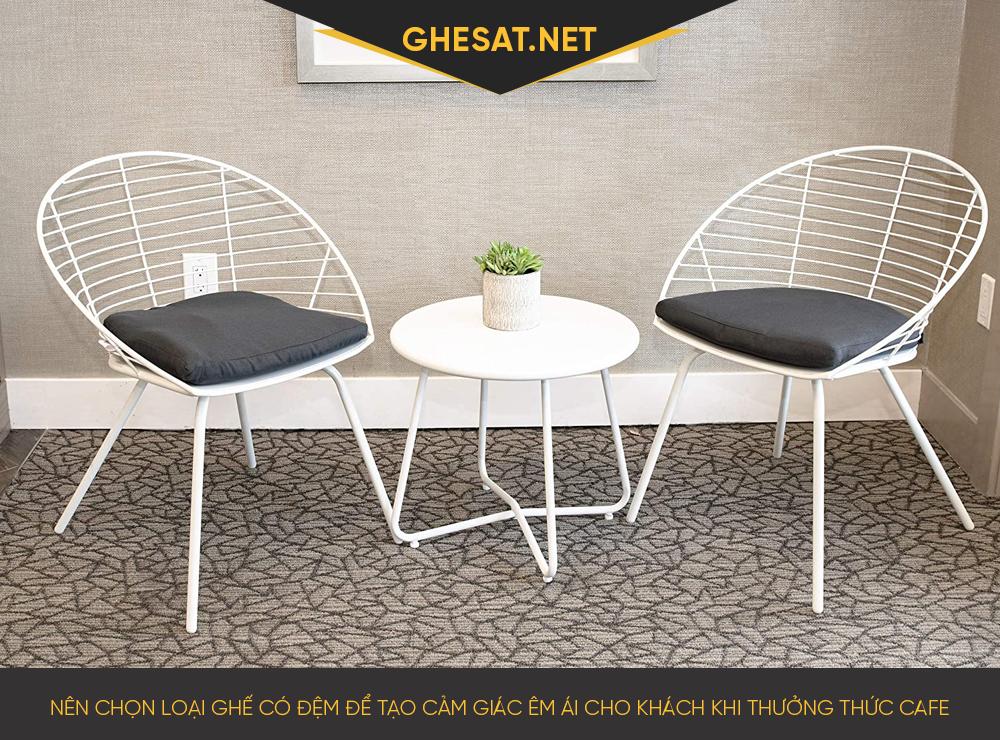 Nên chọn loại ghế có đệm để tạo cảm giác êm ái cho khách khi thưởng thức cafe